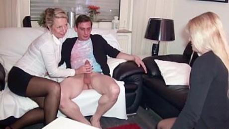 Ehefrau guckt zu wie ihr Nerd Ehmann fremd fickt mit eine Mega Titten MILF Deutsch